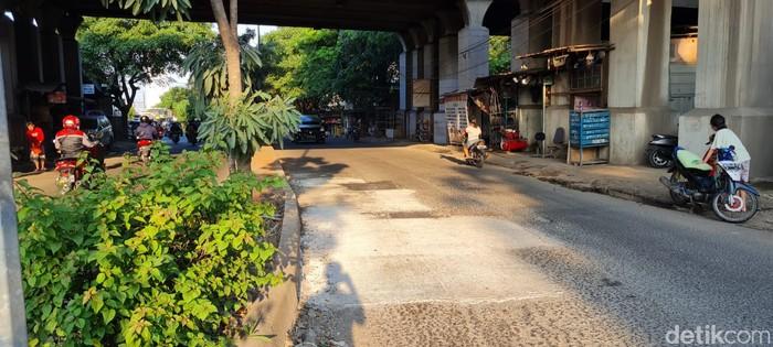 Jl I Gusti Ngurah Rai dekat Stasiun Cakung, semula rusak dan kini sudah diperbaiki. 20 April 2021. (Farih Maulana Sidik/detikcom)