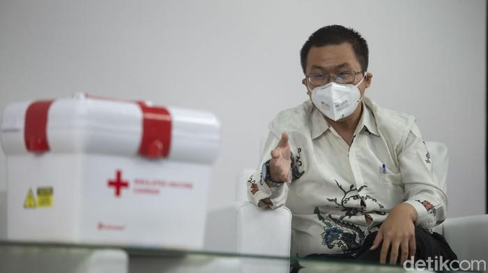 Plt Dirjen Kemenkes Dr. dr. Maxi Rein Rondonuwu, DHSM, MARS bersama Direktur Utama PT Trisinar Indopratama (Technoplast) Ellies Kiswoto berdiskusi terkait tantangan distribusi vaksin covid-19 di Jakarta Barat, Selasa (20/4/2021). Program vaksinasi menjadi senjata untuk mengakhiri pandemi COVID-19 namun untuk mencapainya terdapat beberapa tantangan.