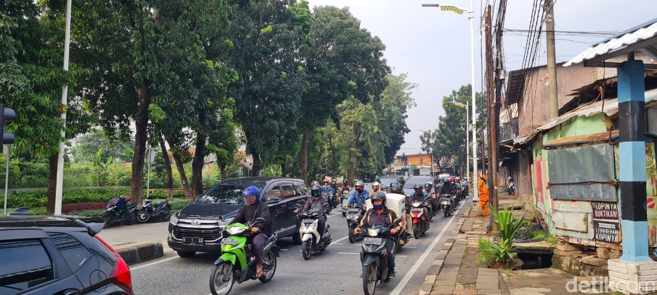 Lalu lintas jelang Flyover Tapal Kuda Lenteng Agung, 20 April 2021, pukul 08.15 WIB. (Farih Maulana Sidiq/detikcom)
