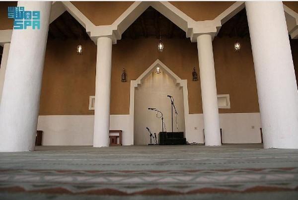 Masjid ini terletak di tengah desa tua, 38 km barat laut Al-Zulfi dan 272 km di utara Riyadh. Setelah direnovasi, masjid kini bisa menampung 150 jemaah. Juga pembagian ruangan masjid terdiri dari ruang salat, Al-Sarha (halaman), tempat sholat wanita, toilet, dan tempat wudhu untuk pria dan wanita, dan depot.