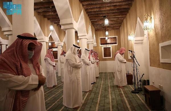 Masjid dibangun pada akhir abad ke-13 Hijriah. Sheikh Ali Jarallah Ibn Ghazi dan sekelompok keluarga membangun masjid di Kegubernuran Al-Zulfi dengan luas total sekitar 337 meter persegi dan menampung sekitar 87 jemaah sebelum direnovasi.