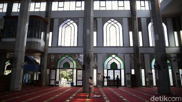 Protokol kesehatan diterapkan di masjid ini untuk para jemaah yang ingin menunaikan ibadah.
