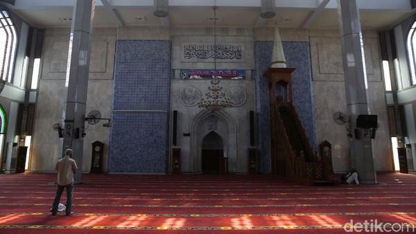 Selama ibadah di Masjid Al Azhar selalu menerapkan physical distancing.