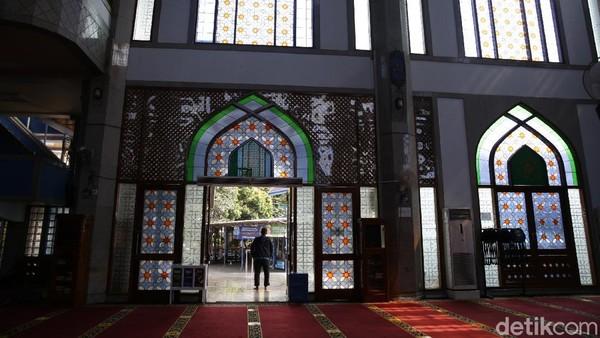 Masjid ini bahkan pernah sengaja tak menghidupkan kipas angin dan pendingin ruangan untuk mencegah penyebaran COVID-19 di wilayah tersebut.