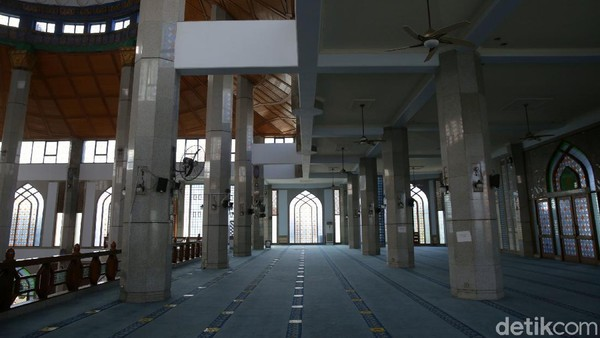 Jemaah yang datang untuk shalat Jumat di Masjid Al-Azhar mengaku sedikit tak nyaman beribadah lantaran panas di dalam masjid. Namun, demi menekan COVID-19, warga pun memahami alasan pengurus masjid.