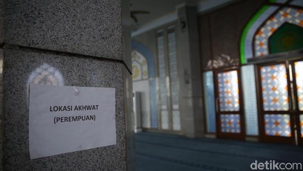 Masjid ini juga menyediakan takjil untuk berbuka puasa dan meniadakan iktikaf.