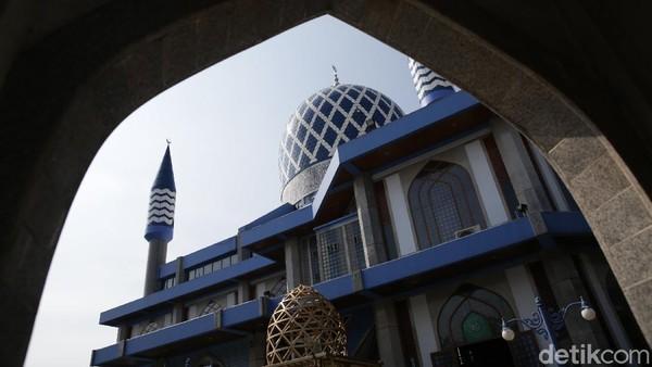 Masjid Al Azhar Jaka Permai dikenal juga sebagai masjid biru karena warna kubahnya.