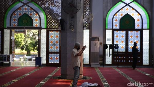 Warga menjalankan ibadah di Masjid Al Azhar Jaka Permai, Kalimalang, Kota Bekasi, Jawa Barat, Selasa (20/4/2021).
