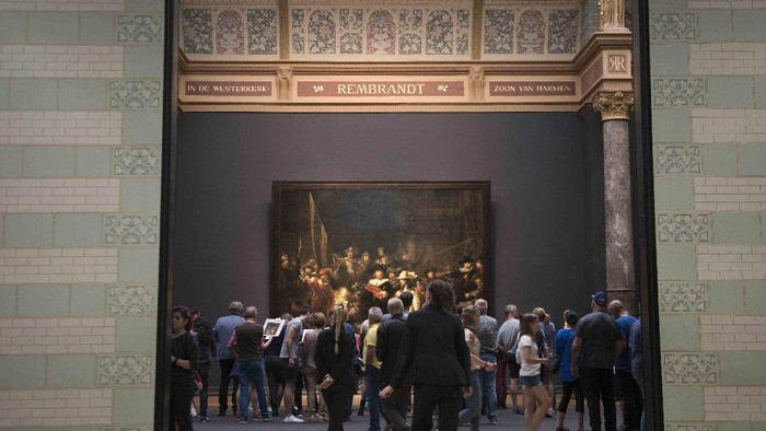 Lukisan De Nachtwacht  dipajang di Aula Kloveniersdoelen, Rijk Museum sejak 1885.