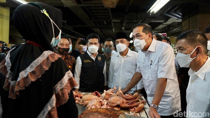 Harga daging ayam di Surabaya naik Rp 5 ribu dalam sepekan Ramadhan. Menteri Perdagangan Muhammad Lutfi menyebut, itu terjadi karena harga pakan ayam yang tinggi.