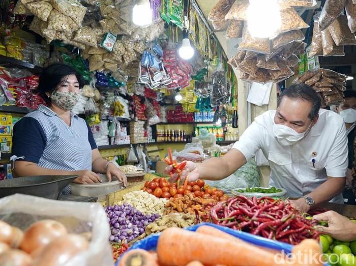 Menteri Perdagangan Muhammad Lutfi mengunjungi Pasar Wonokromo, Surabaya. Ia menyebut, harga pangan di Jatim yang terbaik setelah ia berkeliling Sumatra.