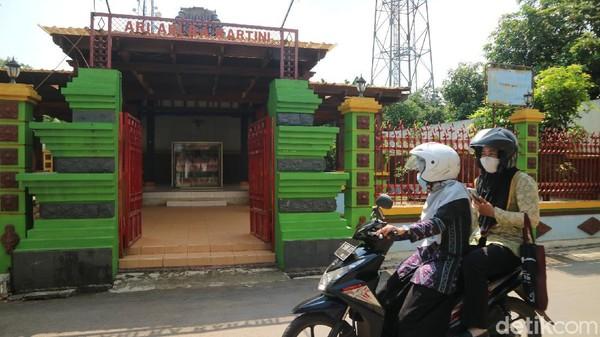 Monumen Ari-ari RA Kartini itu berada di sebelah samping kantor Kecamatan Mayong. Monumen tersebut cukup sederhana.