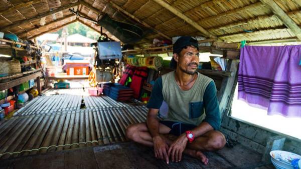 Pada usia 35, Hook Klathalayadalah salah satu generasi terakhir Moken yang dibesarkan di laut. Ketika dia berumur lima tahun, orang tuanya pindah ke darat agar dia bisa mengenyam pendidikan.