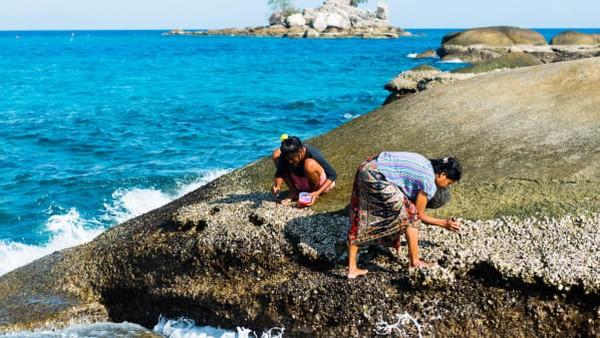 Sebelum nasi menjadi hal yang biasa bagi Suku Moken, talas dan ubi merupakan sumber utama karbohidrat. Bahan inilah yang mereka makan dan dilengkapi dengan tangkapan dari laut.