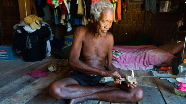 Ini Salamak Klathalay (78), seperti kebanyakan dari kita karena tinggal di sebuah rumah, di darat.Ia adalah anggota kelompok Suku Moken Thailand, juga dikenal sebagai sea gypsies atau chao ley bahasa Thai untuk orang laut.