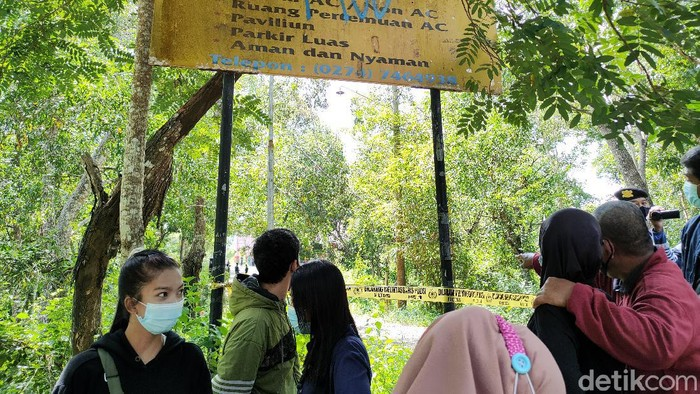 Orang tua Dessy Sri Diantary turut menyaksikan rekonstruksi pembunuhan putrinya di Waduk Sermo, Kulon Progo, Selasa (20/4/2021)