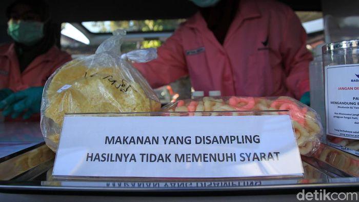 Petugas Balai Besar POM (BBPOM) Yogyakarta menggelar intensifikasi pengawasan pangan di bulan ramadan di Pasar Sore Kampung Ramadhan Jogokaryan, Yogyakarta.