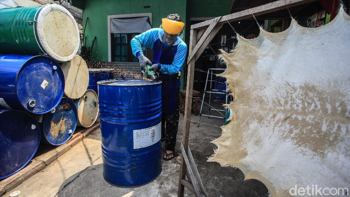 Perajin bedug, Abdul Manaf menyelesaikan pembuatan alat musik pukul Bedug di di Pondok Aren, Tangerang Selatan, Banten, Selasa (20/4/2021). Permintaan bedug dari drum bekas tersebut ikut terdongkrak di saat bulan Ramadan hingga dua kali lipat.  Pada bulan Ramadan tahun lalu, Abdul Manaf menjual hingga 35 unit bedug. Bedug tersebut dijual dengan harga Rp 950 ribu.