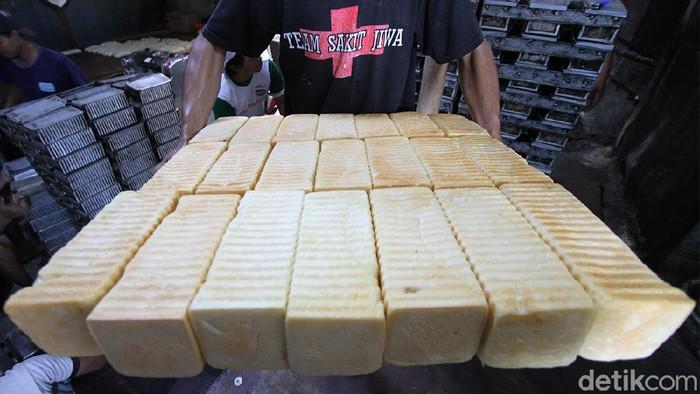 Produsen roti bakar di Solo yang menyerupai roti bakar Bandung ini kebanjiran pesanan selama bulan suci Ramadhan.
