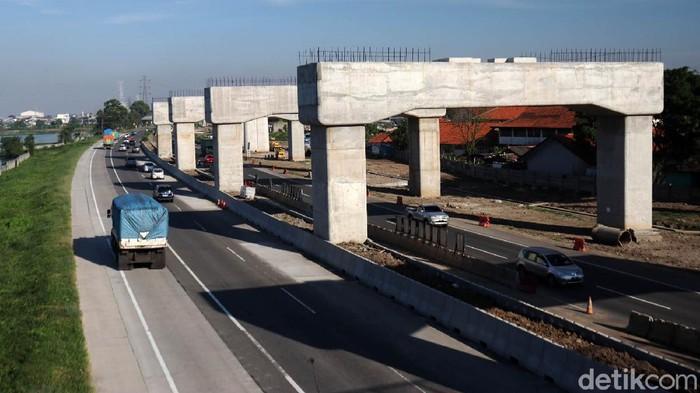 Tiang penyangga rel Kereta Cepat Jakarta Bandung (KCJB) di kawasan Ciwastra, Kota Bandung sudah berjajar rapi disepanjang Tol Padaleunyi. Sekedar informasi, progres pembangunan kereta cepat ini sudah mencapai 70 persen.