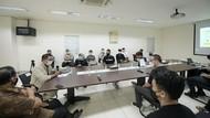 Bareng Hamish Daud, Ridwan Kamil Tinjau Pengolahan Sampah Plastik di KBB