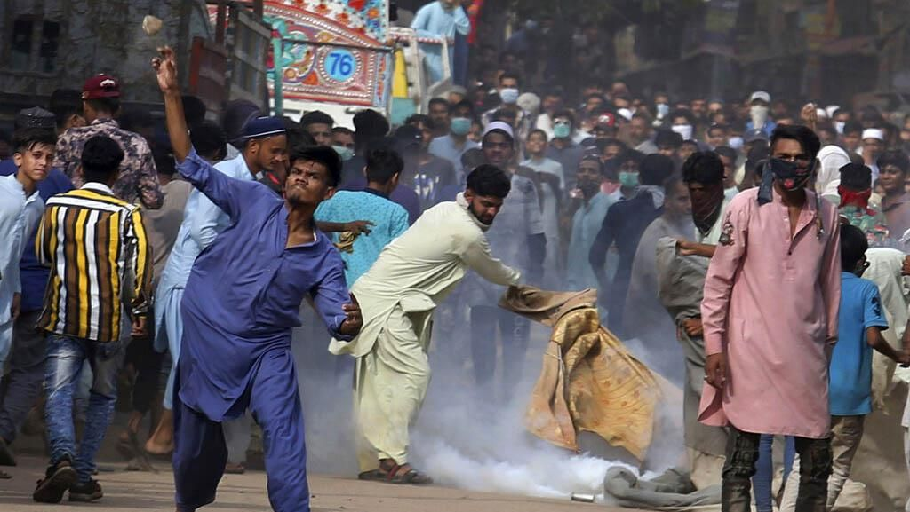 Simpatisan Partai Radikal dan Polisi Bentrok di Pakistan