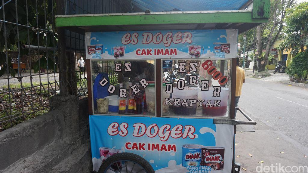 Sluuurp! Dingin Segar Es Doger Cak Imam dengan Sirop Frambozen yang Wangi