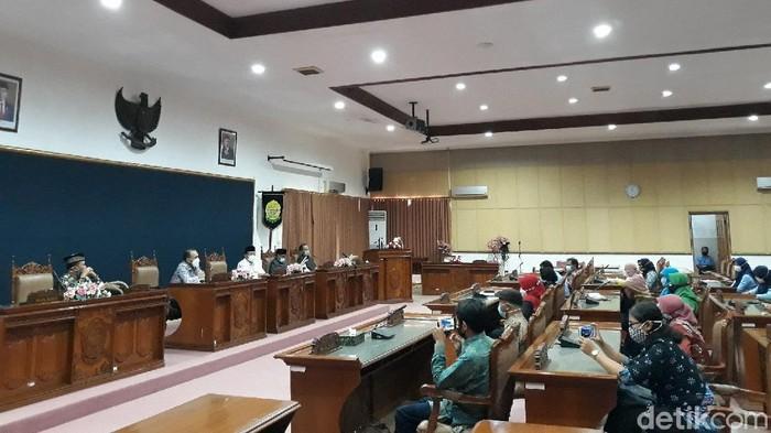 Suasana audiensi antara guru honorer dengan Komisi D DPRD Kabupaten Bantul, Selasa (20/4/2021).