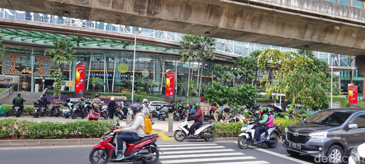 Trotoar penyeberang jalan di Jl Prof Dr Satrio, Kuningan, Jaksel, masih dilanggar pemotor untuk putar balik. (Farih Maulana Sidik/detikcom)