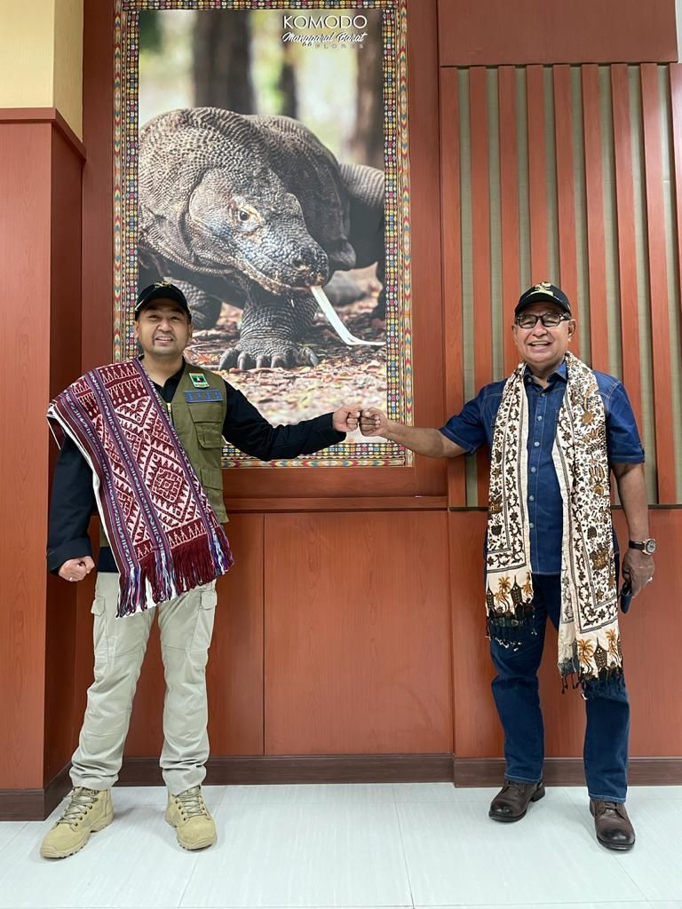 Wagub Sumbar Audy Joinaldy Antarkan Langsung Bantuan 1,5 Ton rendang ke NTT