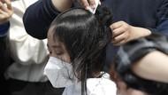 Aksi Gundul Rambut Mahasiswa Korsel Protes Limbah Nuklir Jepang
