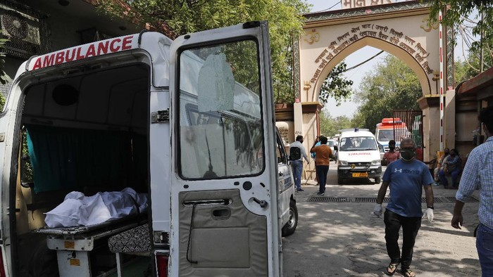 A body of a COVID 19 victim waits to be cremated in New Delhi, India, Monday, April 19, 2021. New Delhi has imposed a weeklong lockdown to prevent the collapse of the Indian capitals health system amid an explosive surge in coronavirus cases. Authorities said Monday that hospitals have been pushed to their limit. India now has reported more than 15 million coronavirus infections, a total second only to the United States. (AP Photo/Manish Swarup)