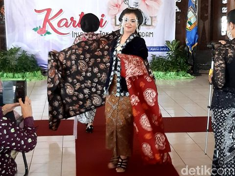 Beragam motif Batik Patron khas Ambarawa diperlihatkan di Pendopo Rumah Dinas Bupati Semarang, Ungaran Timur, Rabu (21/4/2021)
