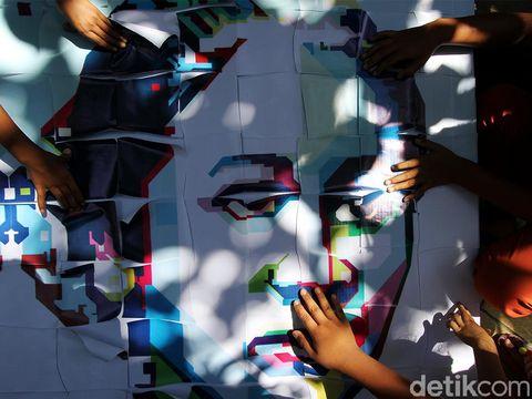 Pandemi tak halangi semangat anak-anak di Solo merayakan Hari Kartini. Menyusun gambar RA Kartini dilakukan untuk mengenal sosok pahlawan nasional tersebut.