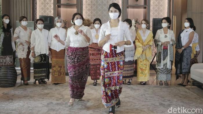 21 perempuan dari berbagai profesi memperingati Hari Kartini. Mereka mengadakan fashion show dengan mengenakan wastra.