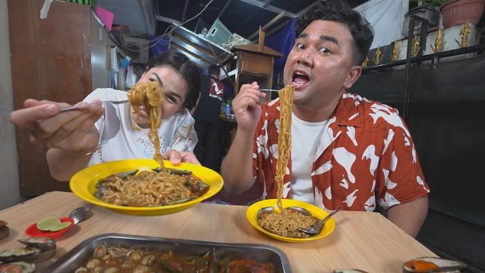 Bikin Laper! Hebohnya Ncess Nabati dan DJ Katty Makan Mie Kerang