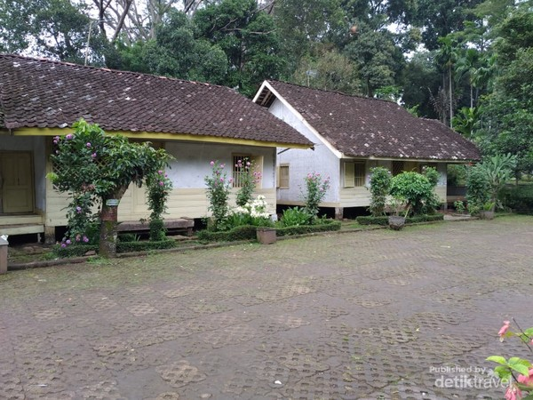 Perumahan adat Kampung Pulo terdiri dari 6 rumah dan sebuah mushala, bentuk bangunan dibuat serupa.