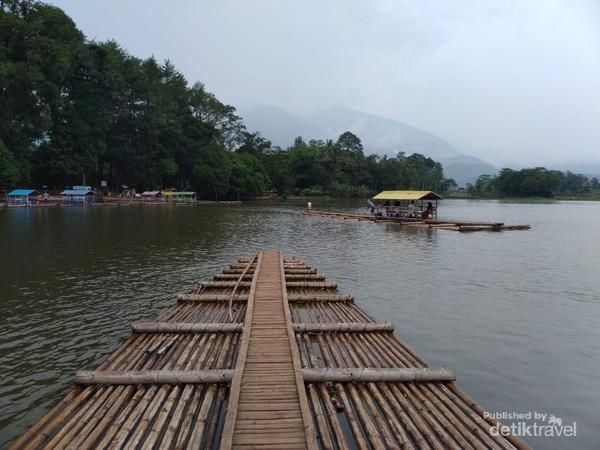 Candi Cangkuang berada di pulau kecil yang dikelilingi Danau Cangkuang, harga tiket masuk Candi Cangkuang Rp 5.000.