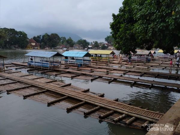Menuju Candi Cangkuang wisatawan harus menggunakan rakit, harga sewa rakit Rp 5.000.