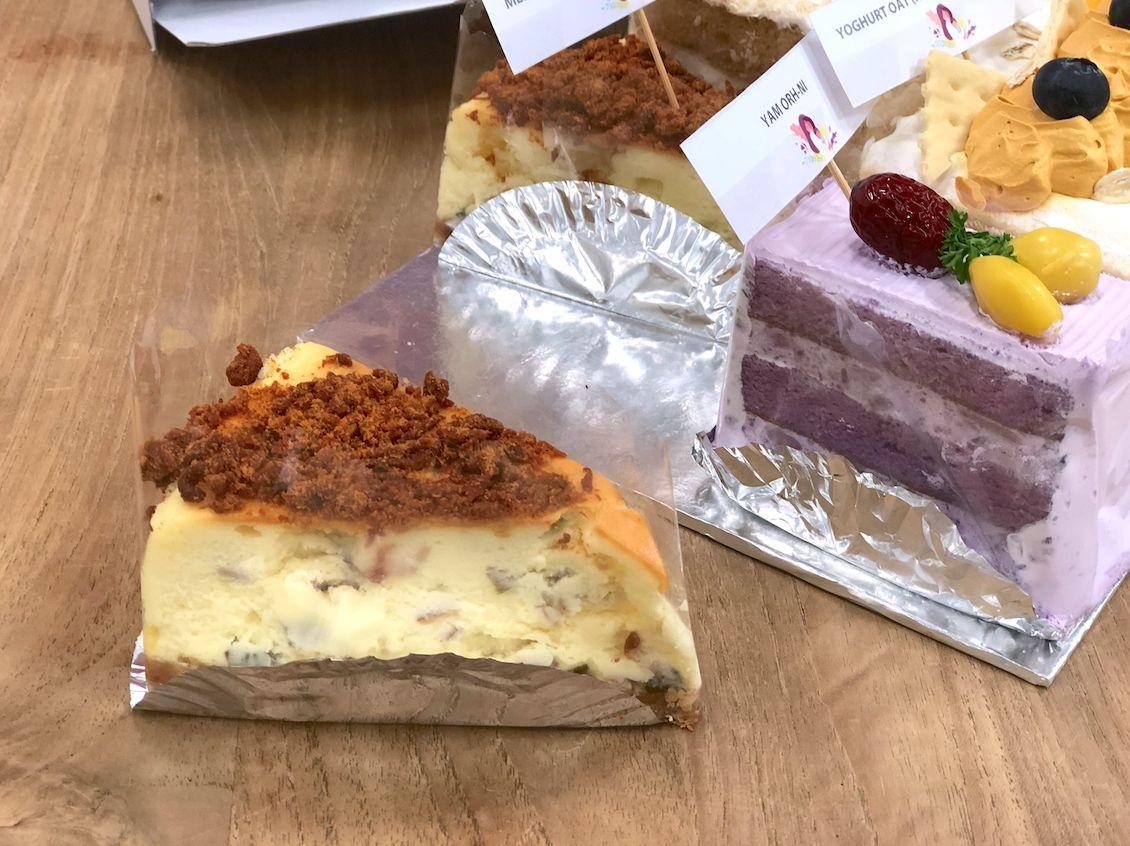 cheesecake varian gurih, dengan isian bacon dan topping abon daging.