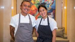 Chef Renatta dan Chef Maxie Meracik Ikan Arsik dan Sate Padang yang Spesial