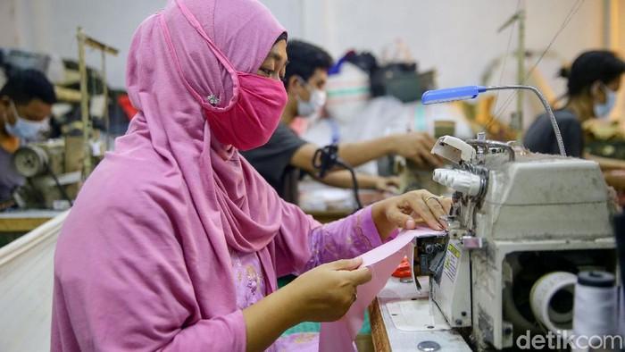 Permintaan mukena meningkat di bulan Ramadhan. Hal itu pun dirasakan oleh salah satu pengusaha di Tangerang yang mengaku kebanjiran orderan di bulan puasa.