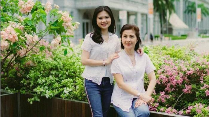 Felicia Tissue dan sang bunda peringati Hari Kartini dengan berkebaya