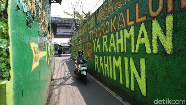 Mural bernuansa Islami tersebut dibuat warga untuk menghiasi dan meramaikan pintu masuk gang dalam rangka menyambut bulan Ramadhan.