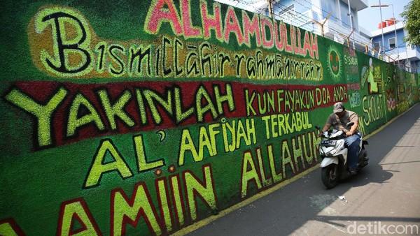 Diketahui, mural itu dibuat untuk mempercantik gang tersebut.