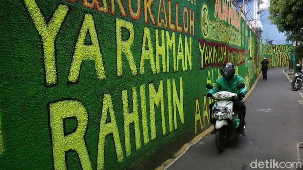 embok yang berlatar hijau ini bertuliskan shalawat, sehingga warga yang melintas selalu ingat untuk bershalawat serta tak meninggalkan salat.