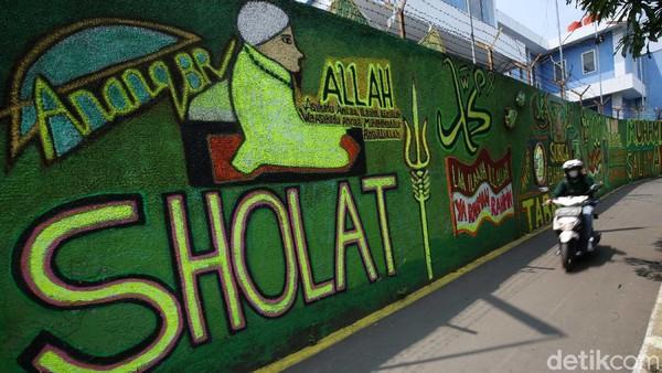Warga berinisiatif mengubah dinding gang dengan mural bernuansa Islami.