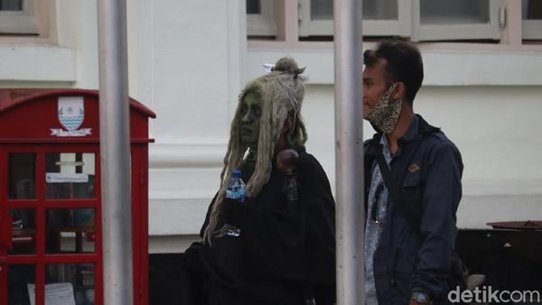 Warga foto bareng dengan Mak Lampir. Salah satu warga, Ismet (30), mengatakan ia datang ke kawasan Gedung Merdeka untuk ngabuburit dan foto-foto. (Wisma Putra/detikTravel)