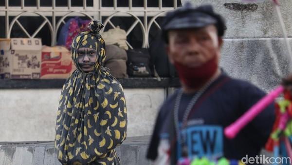 Pocong hingga kuntilanak di sekitar Gedung Merdeka Bandung ini bisa lho diajak foto bareng. Tentunya dengan imbalan uang seikhlasnya dari warga. (Wisma Putra/detikTravel)