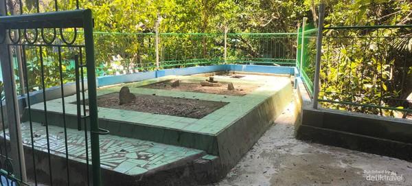 Makam pendatang muslim yang menggunakan goa ini sebagai tempat persembunyian